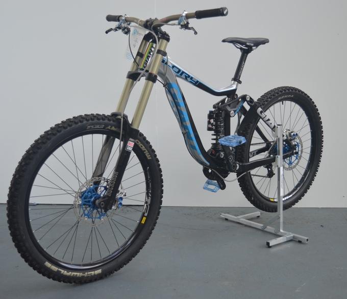 Trackstand es un soporte de piso apilable donde podr s for Como guardar la bici en un piso