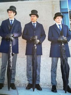 Unos chicos con traje y guantes haciendo no se sabe qué en la boda de Marta Ortega