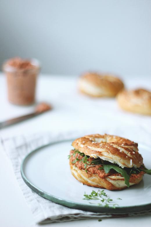 Rezept für laugenbagel mit veganem Tomaten-Sonnenblumenkern-Brotaufstrich, Holunderweg 18