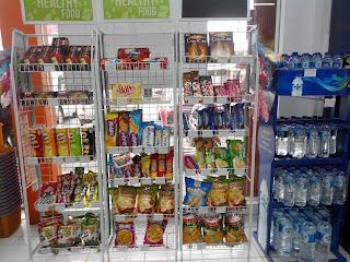 Makanan dan minuman ringan yang tersedia di Dan+Dan Store