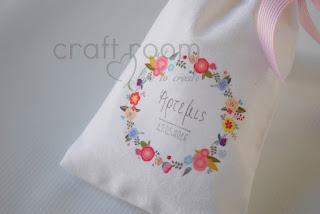 μπομπονιέρες βάπτισης με λουλουδένια στεφανάκια και το όνομα του παιδιού