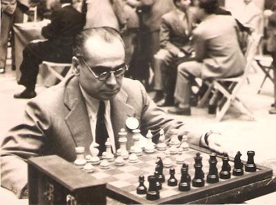 Alberto Bové, al inicio de su partida del match de ajedrez Argentina-España (12 de octubre de 1946)