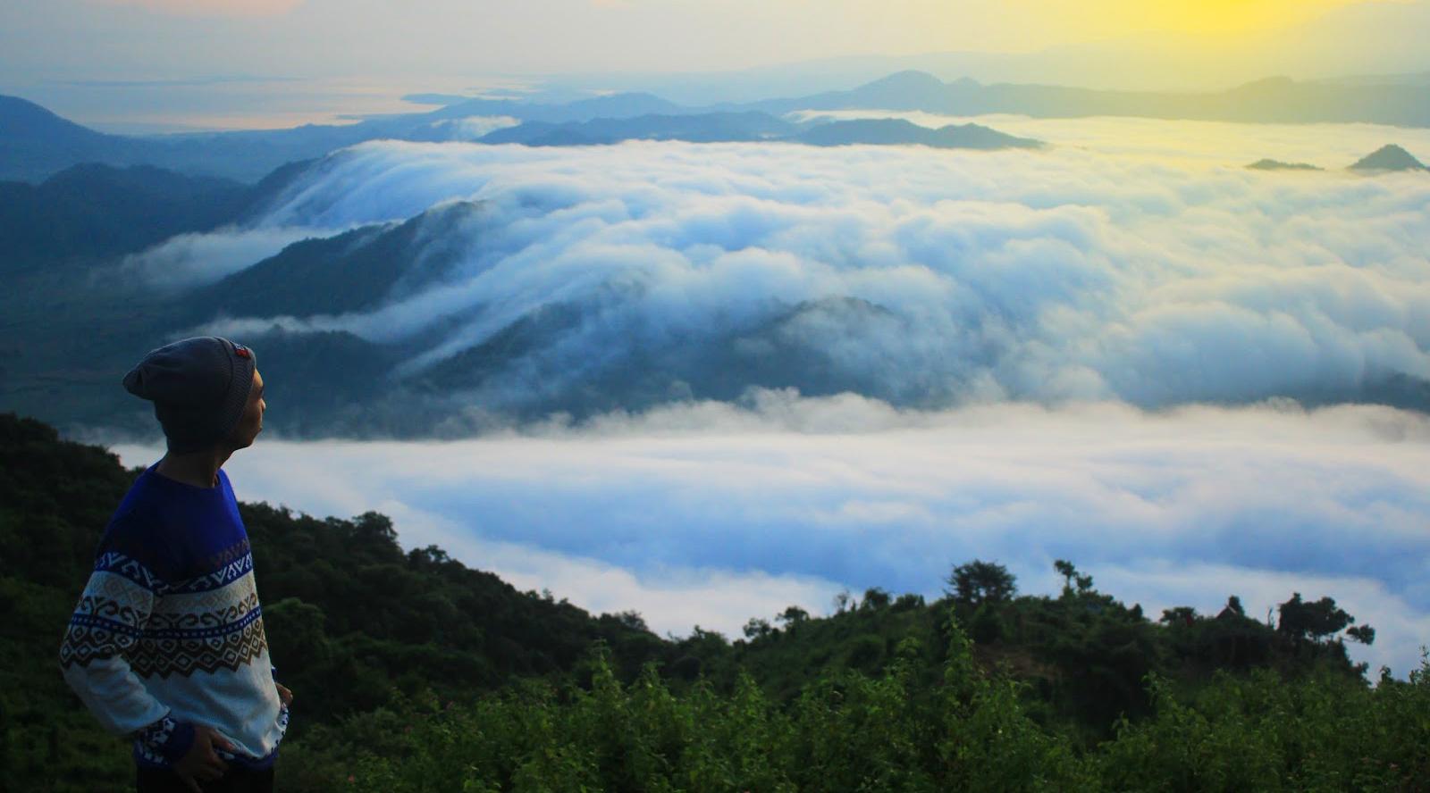 Sunrise paling indah kabut yang jelek dari Lolai Mantar, Sumbawa Barat.