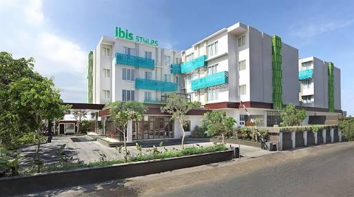Ibis hotel salah satu hotel di jalan dewi sri yang berdiri megah