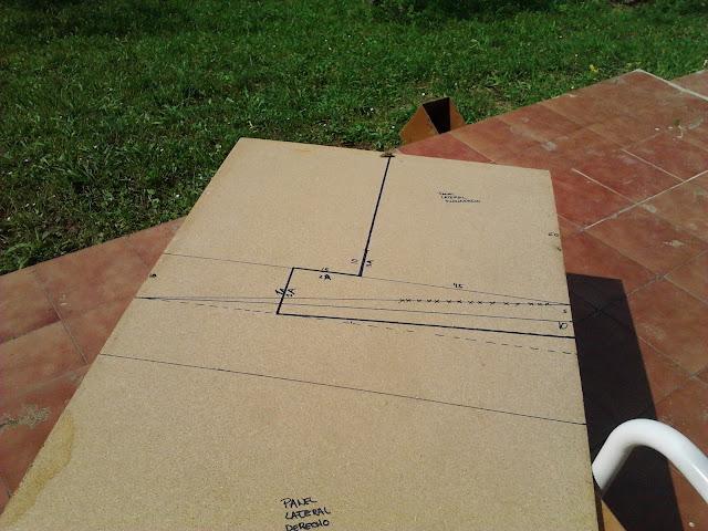 Tablones en los que hemos pasado las plantillas para construir el ponedero.