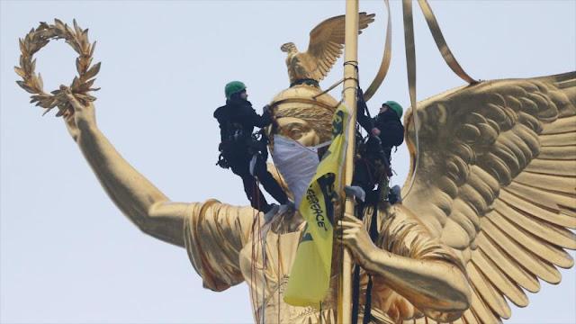 Greenpeace cuelga pancarta contra la polución del aire en Alemania