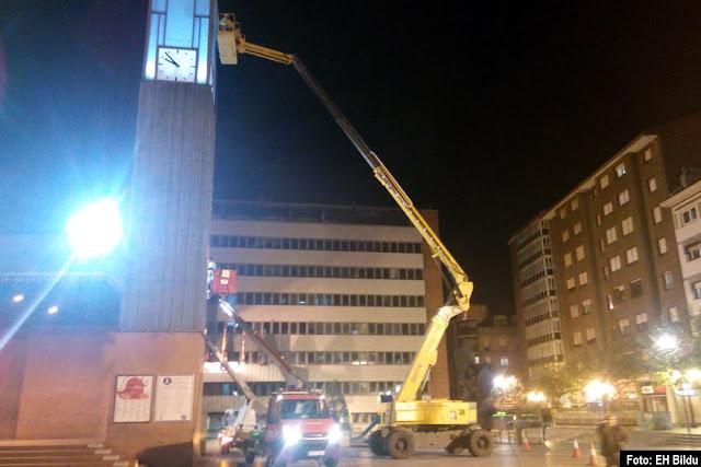 Instalación de la iluminación de la torre del reloj de Herriko Plaza