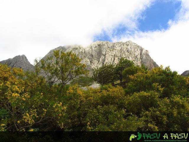 Ruta al Pico Torres y Valverde: Vista de la Peña la Capilla desde Braña Torres