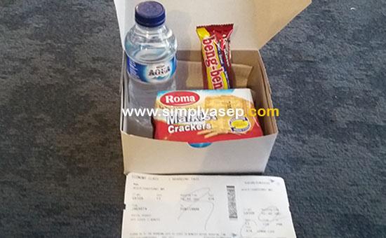 KOTAK SNACK :  Ini dia isi dari kotak snack sebagai kompensasi delay 1 jam yang diberikan kepada penumpang  Garuda Indonesia tujuan Jakarta - Pontianak Economy Class Flight GA508 penerbangan pukul  17.10 WIB yang delay 1 jam.  Foto Asep Haryono