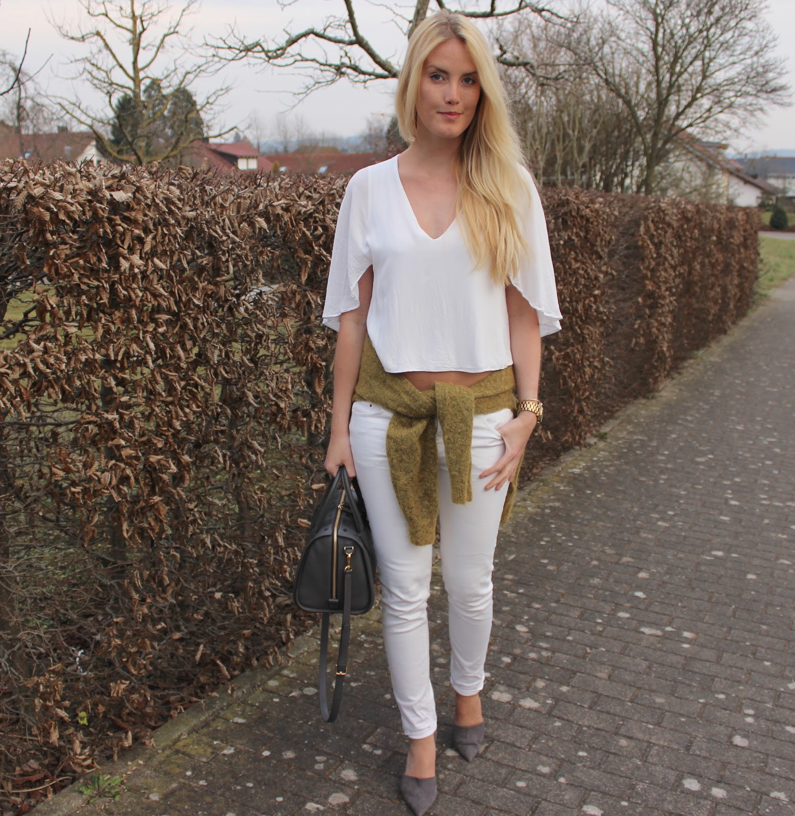 3 ways to wear your sweaters as accessoire in spring TheBlondeLion white khaki MCM bag blond