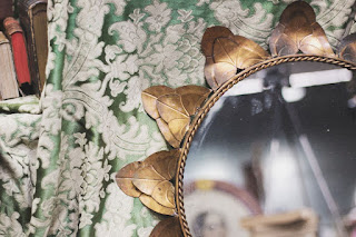 Detalle de espejo con marco tipo sol desembalaje de madrid