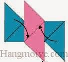 Bước 9: Gấp chéo hai cạnh giấy màu xanh, nhét vô khe giữa hai cạnh giấy màu đỏ