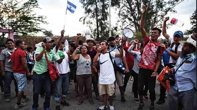 México emite visas de tránsito a caravana de inmigrantes que se dirigen hacia EE.UU.