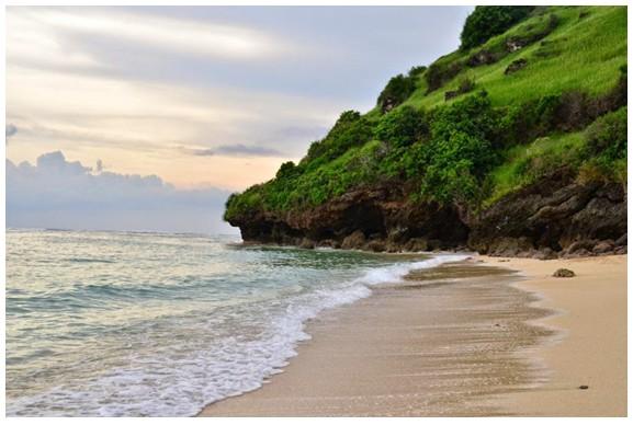 Menikmati keindahan Pantai Gunung Payung seakan milik sendiri