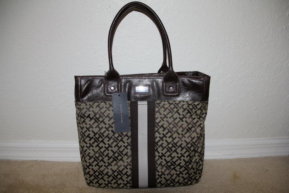 d62ac233a Mini bolsa da TOMMY HILFIGER marrom mede 24x26cm. R$ 160,00.