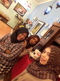 Trio Gemes in action di Ayam Kremes Potre Koneng Malang