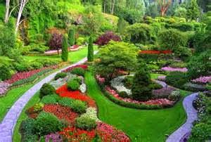 tanaman di taman ini digabungkan dengan hardscape serta lightscape atau pencahayaan.