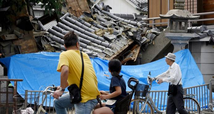 Fuerte sismo deja tres muertos y 300 heridos en Japón