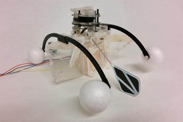 Инженеры из Бристольского университета и Роботехнической лаборатории Бристоля в Британии создали напоминающего водных животных робота, который способен получать энергию из поглощенных им организмов.  Об этом сообщает издание NewScientist еженедельный научно-популярный журнал на английском языке       «Рот» робота изготовлен из мягкой полимерной мембраны. Через него в машину всасывается вода с живыми организмами. «Еда» попадает в искусственный желудок — микробный топливный элемент, где ее разлагают бактерии. Таким образом робот получает необходимую для его функционирования электроэнергию. Отходы выбрасываются через отверстие в задней части устройства.       По словам специалистов, из биологического материала на данный момент можно извлечь лишь небольшое количество энергии.      Разработчики смогли уменьшить потребность робота в ней, используя полимеры для изготовления отдельных его частей. Также удалось повысить КПД микробных топливных элементов, увеличив их количество в машине.     Поскольку робот может работать продолжительное время без вмешательства человека, ученые надеются, что он будет использоваться в водных средах, загрязненных радиацией или токсичными веществами.