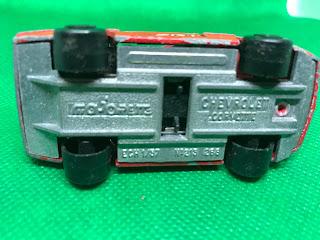 シボレー コルベット のおんぼろミニカーを底面から撮影