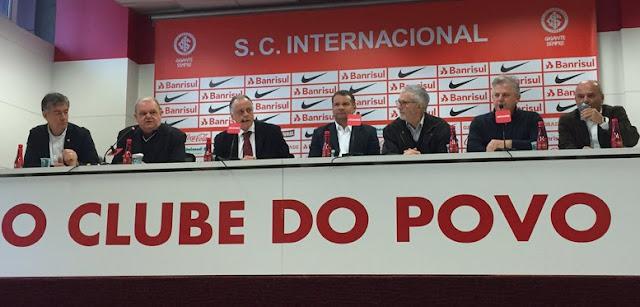 Da esquerda para a direita: Luiz Henrique Nuñez de Oliveira (2º vice-presidente), Vitorio Piffero, Fernando Carvalho, Celso Roth, Ibsen Pinheiro, Pedro Affatato (1º vice-presidente) e Newton Drummond (Foto: Inter/Divulgação)