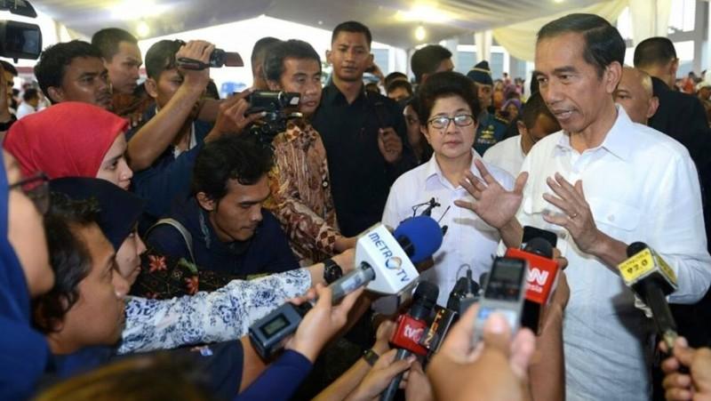 Jokowi memberikan pernyataan di depan awak media