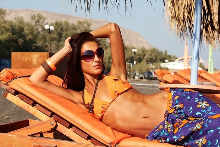 narandzasti bikini outfit sa detaljima za plazu i leto