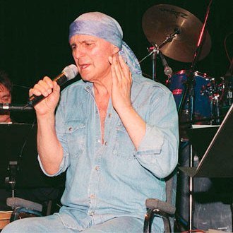 Foto de Leonardo Flavio cantando en el escenario