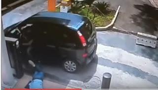 Vídeo mostra policial reagindo a assalto e matando bandido em lanchonete
