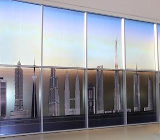 En la entrada al Burj Khalifa, una comparativa de los edificios más altos del mundo