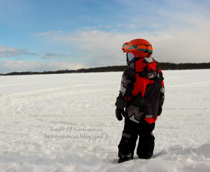 järven jäällä lapsi moottorikelkka