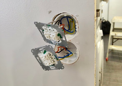 sähkötyöt, pistorasian siirtäminen, valokatkaisijan siirtäminen, valokatkaisijan siirto, sähkövedot, valokatkaisija, valokatkaisimen asennus, johdot, liittäminen