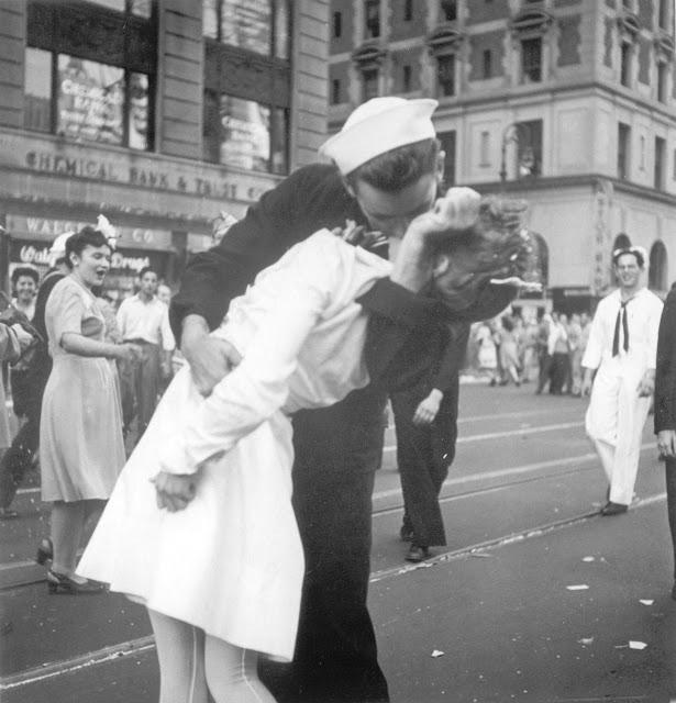 George Mendonsa, sailor kissing
