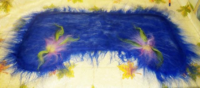 украшаем: я выложила цветы и тонкие пряди светло - голубой вискозы, полуваленки - пимы МК