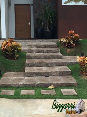 Construção de escada de pedra folheta de granito em casa em condomínio em Sousas-SP.