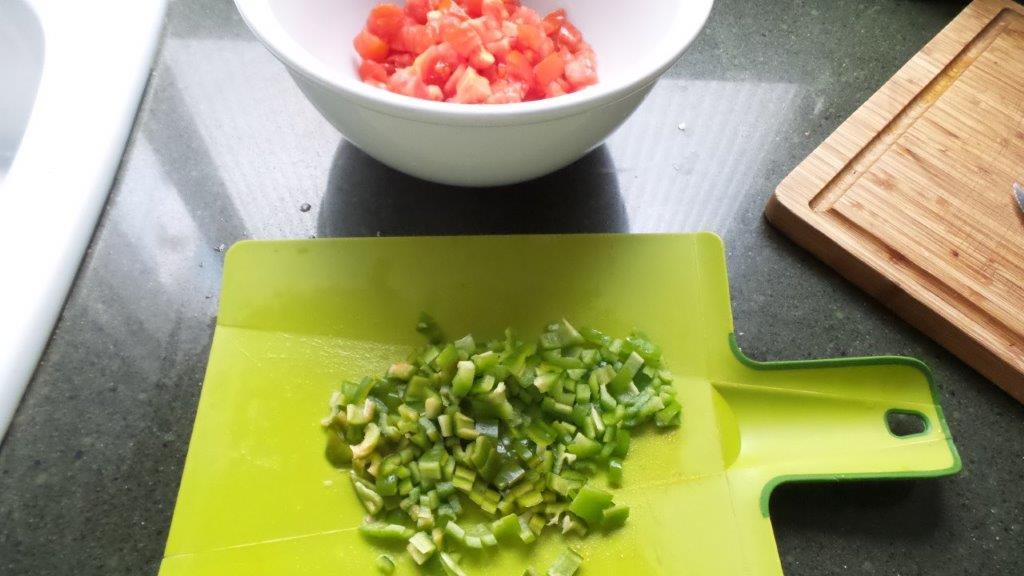Pimiento verde cortado en pedazos pequeños