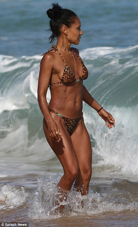Jada pinkett Smith shows off incredible bikini body in Hawaii