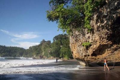 Memohon Permintaan dan Mengikat Seutas Tali Dipohon Beringin, Wisata Pantai Batu Lamampu