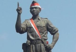 Biografi I Gusti Ngurah Rai    Gusti Ngurah Rai, adalah pahlawan nasional dari daerah Bali. Terkenal dengan gagasan perangnya yakni Puputan Margarana yang berarti perang secara habis-habisan di daerah Margarana (Kecamatan di pelosok Kabupaten Tabanan, Bali). Memiliki darah pejuang dengan tanah kelahiran Badung, Bali pada 30 Januari 1917. Ia merupakan anak camat yang bernama I Gusti Ngurah Palung. Hal ini pula yang menjadikan ia berkesempatan untuk bersekolah formal di Holands Inlandse School (HIS). Untuk mengenal lebih mendalam, mari kita ulas bersama biografi I Gusti Ngurah Rai. Biografi I Gusti Ngurah Rai diawali dengan perjalanan pendidikannya di masa kecil. I Gusti Ngurah Rai memilih untuk mengawali pendidikan formalnya di Holands Inlandse School di Bali. Setelah tamat dari HIS ia melanjutkan ke MULO (setingkat Sekolah Lanjutan Tingkat Pertama) di Malang. Selanjutnya ia memperdalam ilmu kemiliterannya di Prayodha Bali, Gianyar dilanjutkan pendidikan di Corps Opleiding Voor Reserve Officieren (CORO) di Magelang dan pendidikan Arteri Malang. Berkat pendidikan militer yang banyak serta kecerdasan yang ia miliki, ia sempat menjadi intel sekutu di daerah Bali dan Lombok. Biografi I Gusti Ngurah Rai berlanjut pada masa perjuangan melawan penjajah colonial. Setelah pemerintahan Indonesia merdeka, I Gusti Ngurah