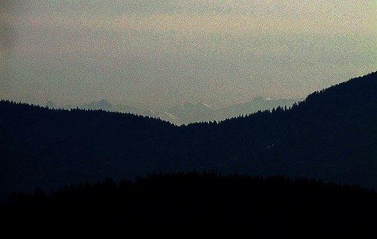 Tatry Wysokie widoczne ponad Przełęczą Krowiarki.