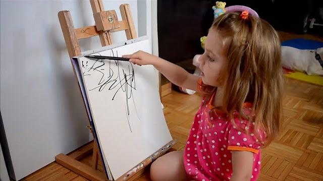 İki Yaşındaki Kızının Çizimlerini Sanat Eserine Dönüştüren Anne