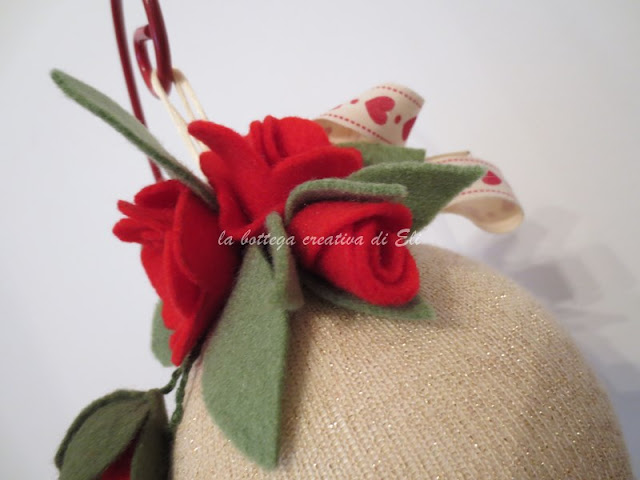 come-decorare-palline-natalizie-con-fiori-in-pannolenci