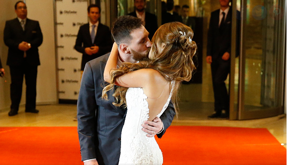 Lionel messi kisses Antonella