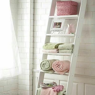 23. Tangga sebagai rak handuk di kamar mandi