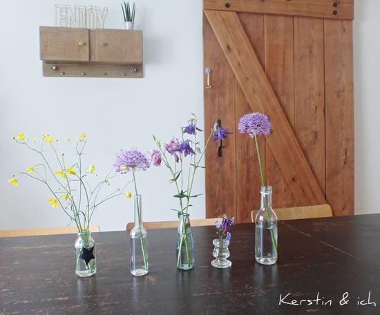 Dekoration mit Wildblumen vor Scheunentor