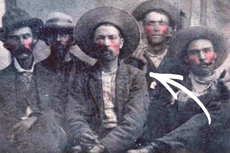 Fotoğrafın değerini yükselten neden Billy The Kid'i vuran Şerif Pat Garrett'ın da aynı karede bulunmasıdır.