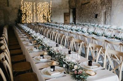 Mesas rectangulares de gran tamaño para recepción de boda
