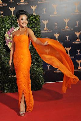 Fenni Rose rose tampil seksi dengan gaun Oranye