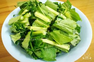 potongan sawi hijau segar