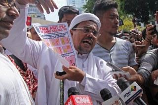 Habib Rizieq Shihab jalani pemeriksaan perdana terkait kasus ujaran kebencian dan fitnah adanya simbol palu arit dalam pecahan uang kertas yang di keluarkan Bank Indonesia (BI)